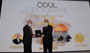 Mehmet Görmez'e hediye takdimini Başkanımız Hanefi Sinan yaptı.
