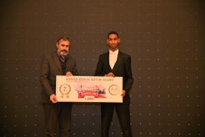 Yarışmada üçüncü olan Mohamed Fouadi'ye ödülünü Ankara İHH Başkanı Mustafa Sinan verdi.