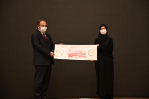 Yarışmanın birincisi Rümeysa Karaca'ya ödülünü İslam Düşünce Enstitüsü Başkanı Prof. Dr. Mehmet Görmez takdim etti.