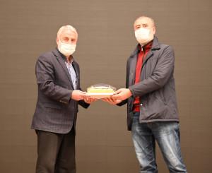 Jüri üyesi İbrahim Demirkan'a hediyesini Dernek Başkanımız Hanefi Sinan verdi.