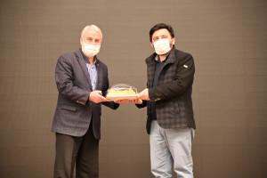Jüri üyesi İdris Şahin'e hediyesini Dernek Başkanımız Hanefi Sinan verdi.