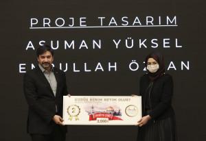 Yarışmada ikinci olan Asuman Yüksel ödülünü Memur-Sen Genel Başkan Yardımcısı Levent Uslu'nun elinden aldı.