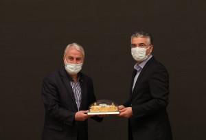 Jüri üyesi Serdar Kaya'ya hediyesini Dernek Başkanımız Hanefi Sinan verdi.